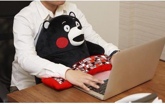 讓熊本熊跟你一起開心地用電腦吧!【熊本熊電腦靠枕】療癒登場!!