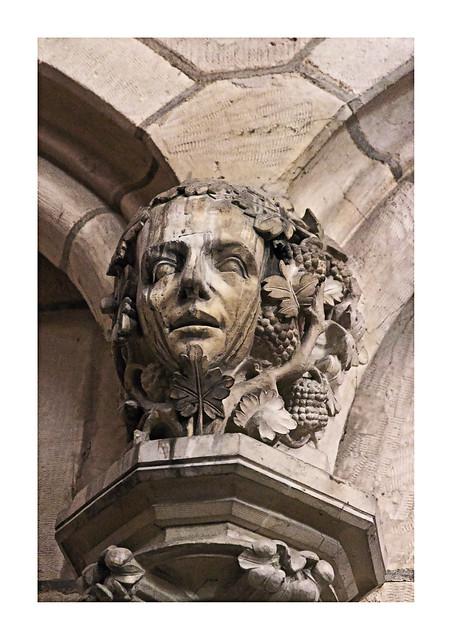 Un dieu païen Dionysos en la cathédrale Saint-Étienne à Auxerre. / Pohanský bůh Dionýsos v katedrále svatého Štěpána v Auxerre.