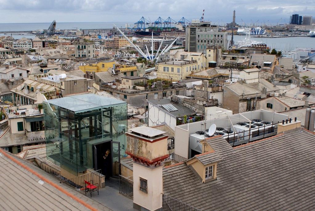 Vue panoramique depuis le Palazzo Rosso sur le port de Gênes.
