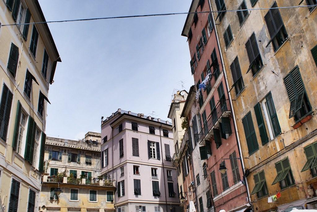 Piazza del'Erbe, lieu de rencontre les week-ends pour boire un coup dans le centre historique de Gênes.