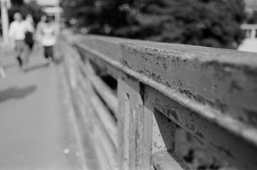 御茶ノ水橋 Tokyo, Japan / Kodak TRI-X 400 / Nikon FM2 御茶ノ水橋,走過斑駁的橋,想看看用黑白表現會是怎樣的畫面。  把光圈開大,讓背景糊掉!  走一步算一步吧,到了未來,也不一定非要是預期的結果不可。  所以走一步、算一步吧。  Nikon FM2 Nikon AI AF Nikkor 35mm F/2D Kodak TRI-X 400 / 400TX 1274-0005 2015-10-04 Photo by Toomore