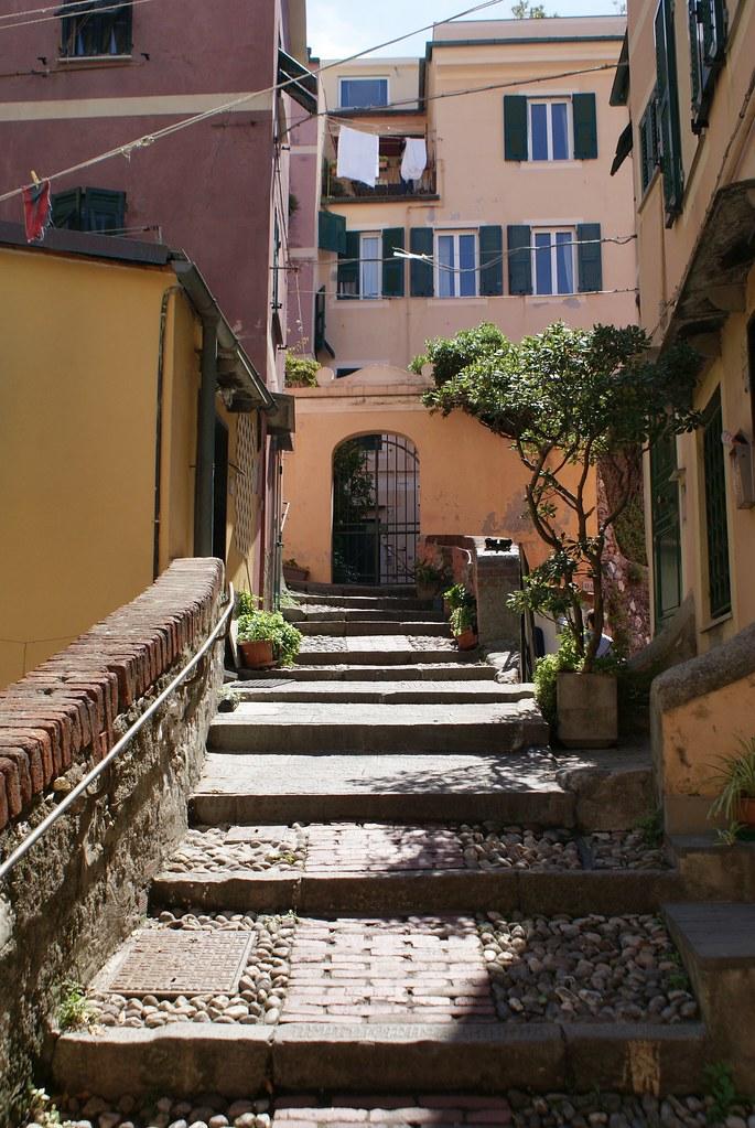 Une des ruelles colorées du quartier Boccadasse à Gênes.