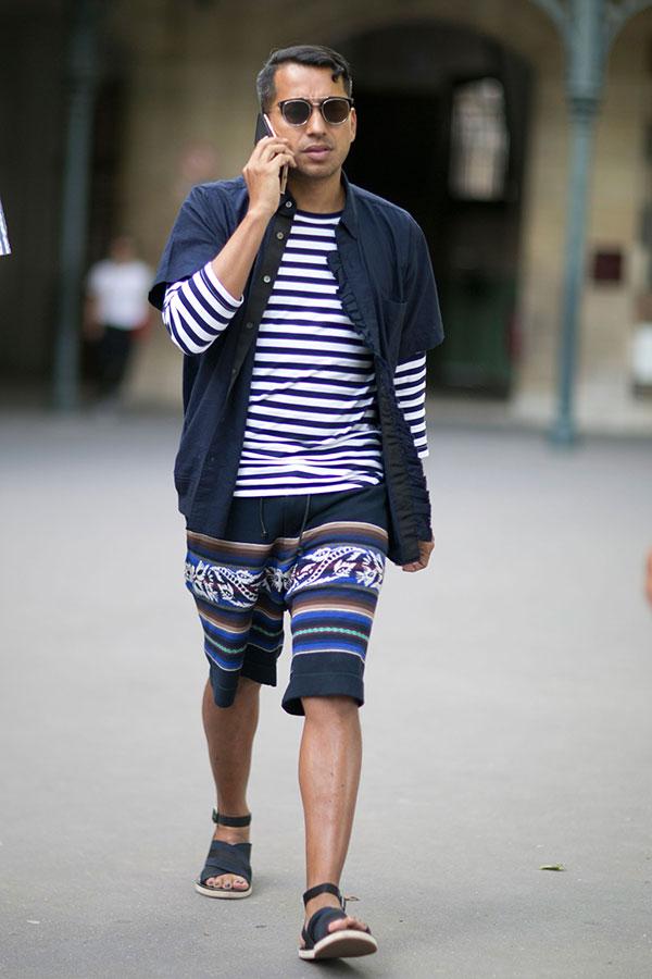 紺半袖シャツ×紺白ボーダーカットソー×紺柄ハーフパンツ×黒サンダル