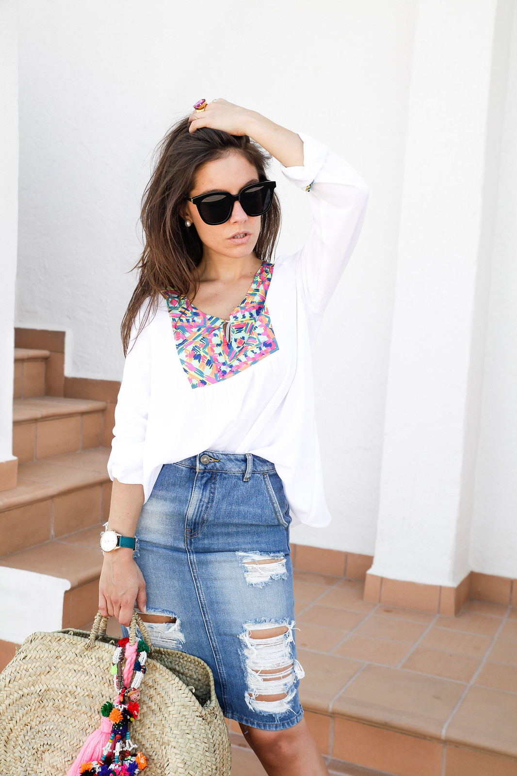 01_ripped_denim_skirt_white_shirt_ruga_style_theguestgirl_barcelona
