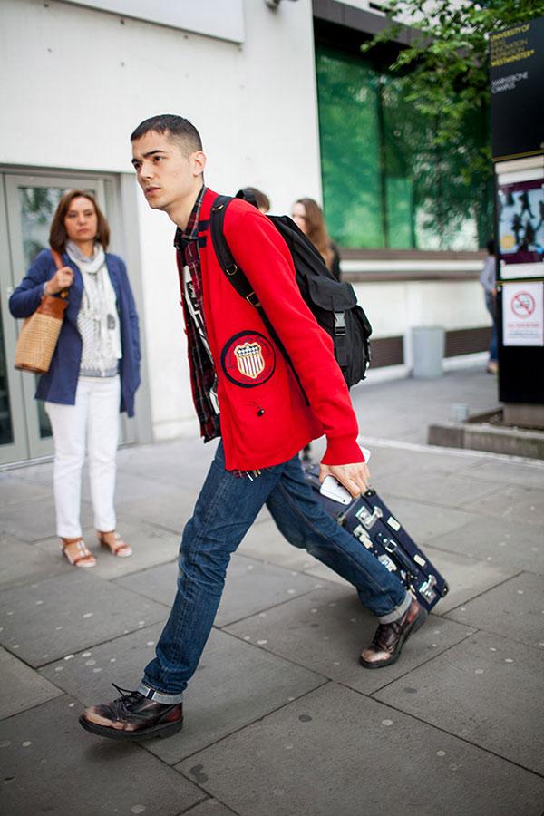赤カーディガン×チェックシャツ×デニムパンツ×レースアップブーツ