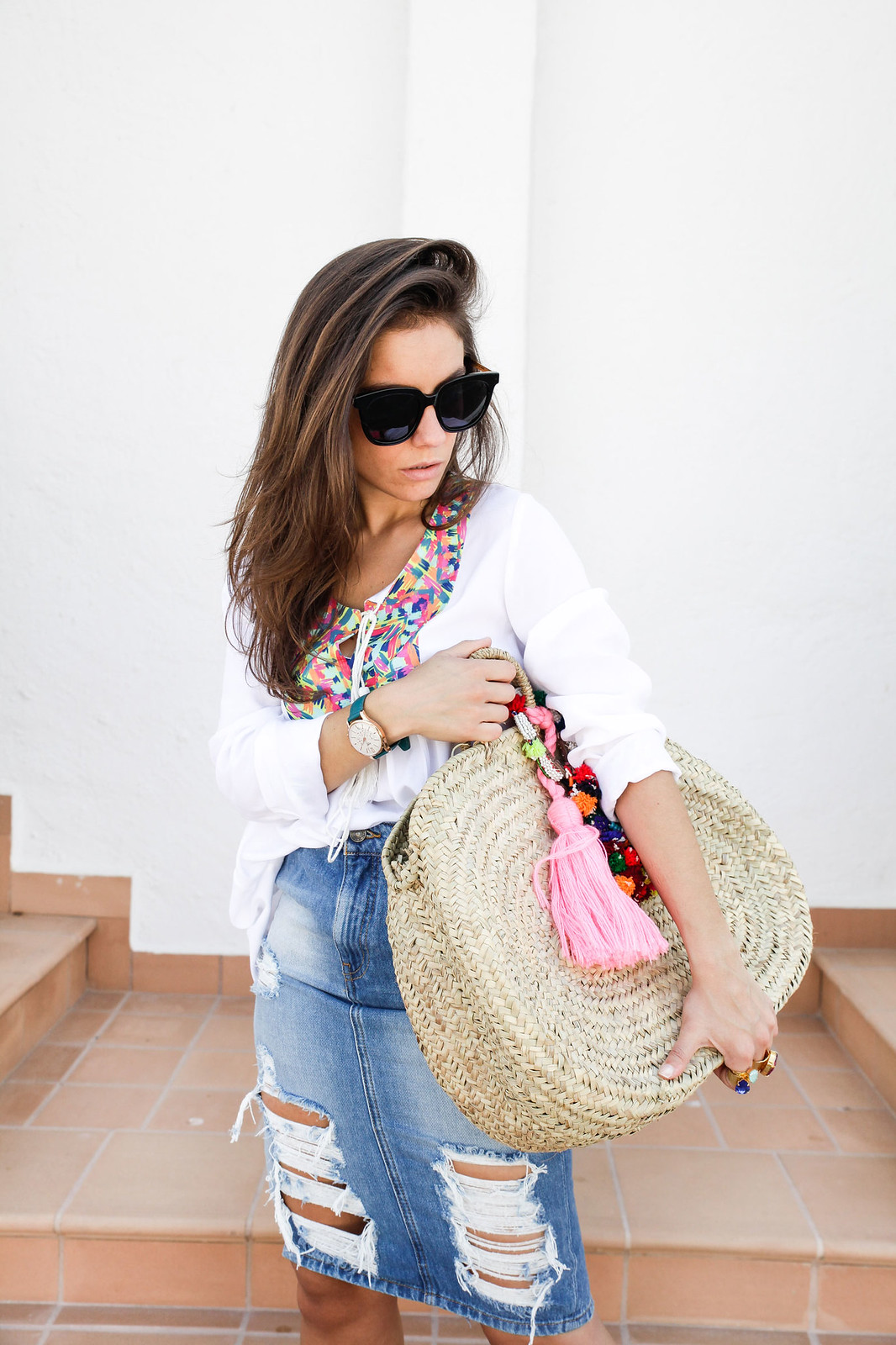 04_ripped_denim_skirt_white_shirt_ruga_style_theguestgirl_barcelona