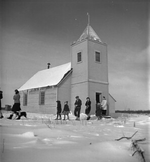 People leaving the Anglican church after morning service, Moosonee, Ontario / Personnes quittant l'église anglicane après la messe du matin, Moosonee (Ontario)