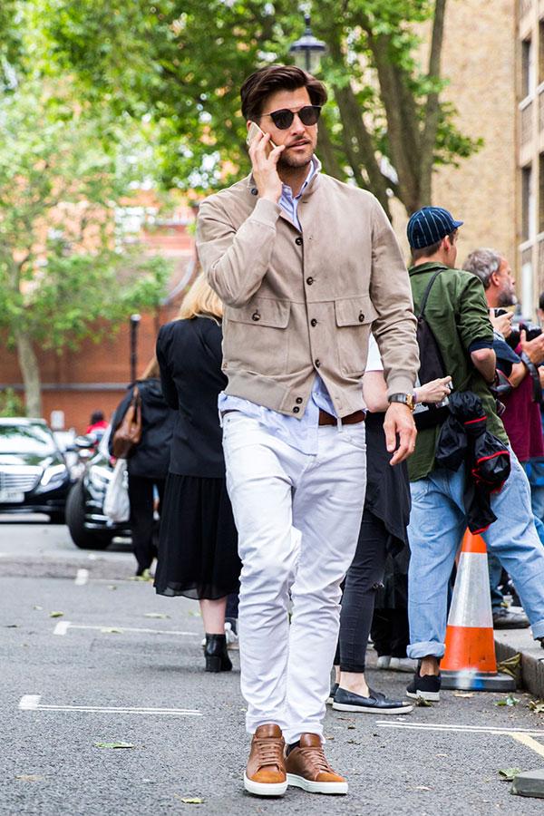 ベージュスエードブルゾン×ライトブルーシャツ×白パンツ×ブラウンレザースニーカー