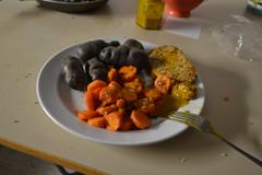 Violette Kartoffeln, Möhren und gehackte Zwiebeln mit Fleisch und Senf Mai 2016 (121FAITH_5034)