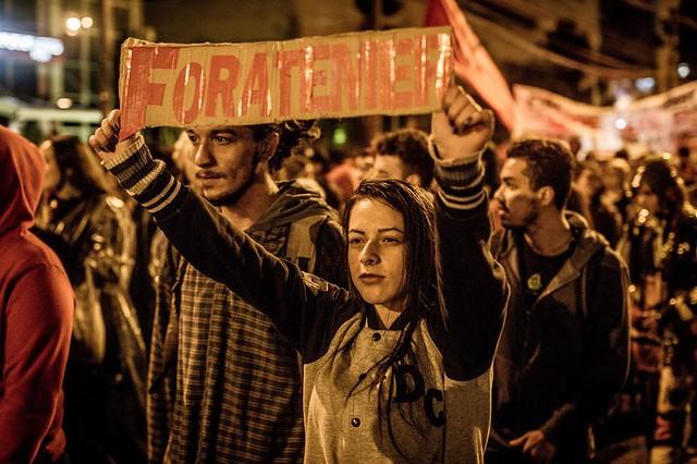 """s manifestantes fizeram uma espécie de """"esquenta"""" para a manifestação de domingo (21), às 14h, em frente à UFPR, na Praça Santos Andrade - Créditos: Leandro Taques"""