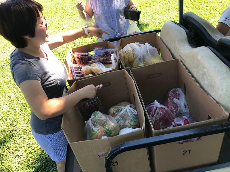 載水果來販售的流動攤販