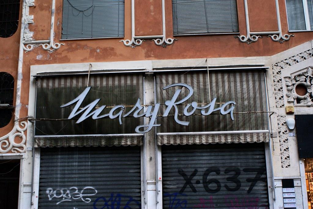 Enseigne dans le quartier San Vincenzo à Gênes en Italie.