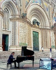 #ilpianistafuoriposto #piano #art #music #freedom #volgoitalia #italiatricolore #paesaggiitaliani_official #photography #yallersitalia #loves_united_italia #bestitaliapics #people #italy #travelphotography #thehub_italia #worldingram
