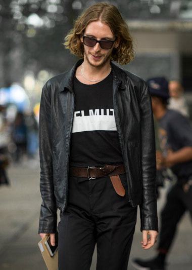 黒レザーブルゾン×黒Tシャツ×黒パンツ