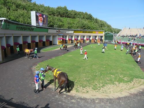 釜山慶南競馬場パドックでの騎手騎乗の様子