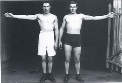 Henry Demlin and Les Darcy comparing their reach