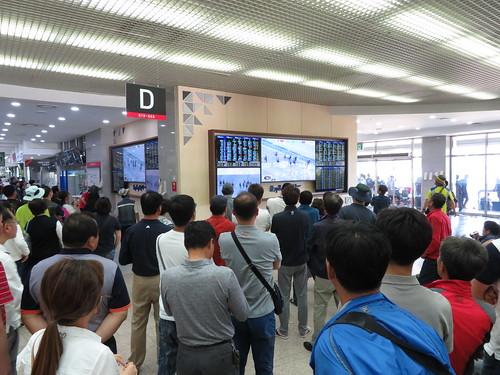 釜山慶南競馬場のソウル場外レースを眺める人々