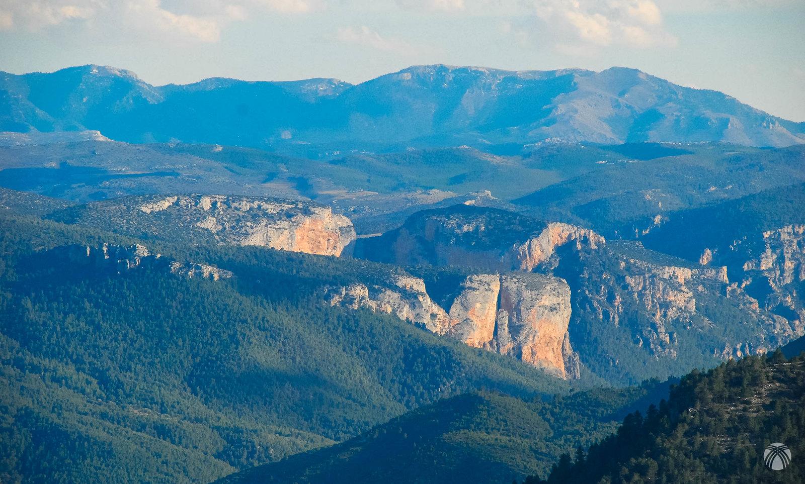 La sierra de las Cabras al fondo y la Molata de los Almendros con su característica grieta