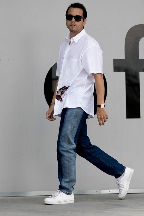 白半袖シャツ×デニムパンツ×adidasスパースター全白