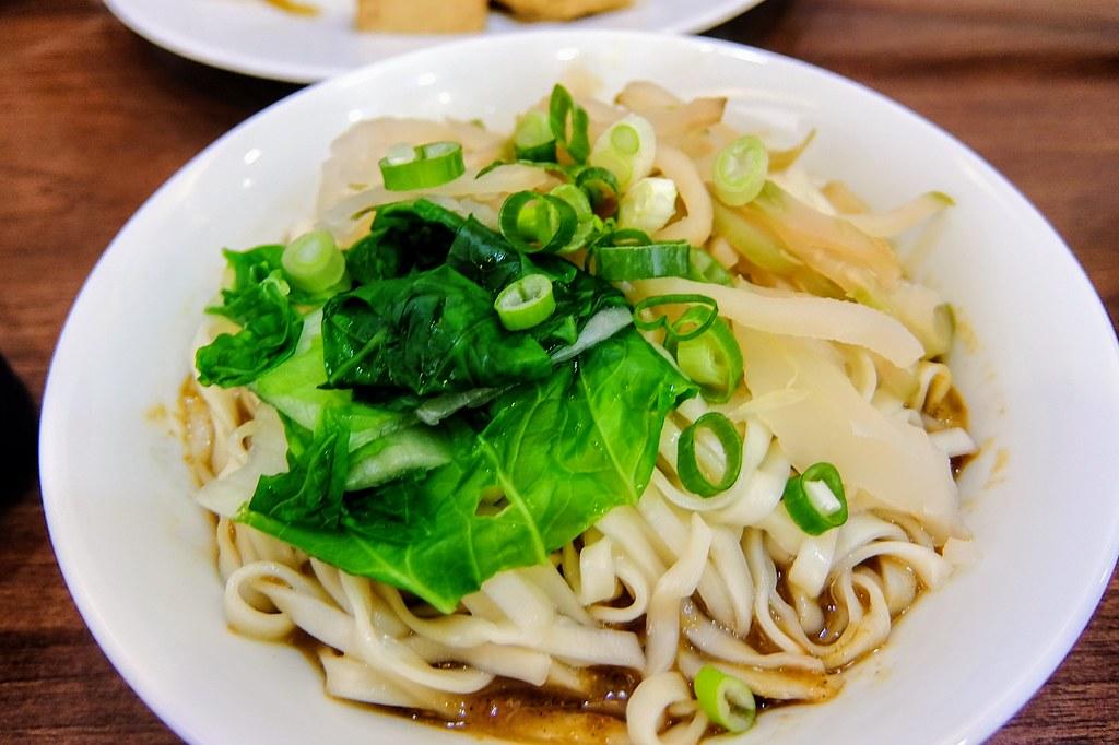 榨菜麻醬乾拌麵,就傳統的乾麵,麵條與豆菜麵的麵條略微不同...