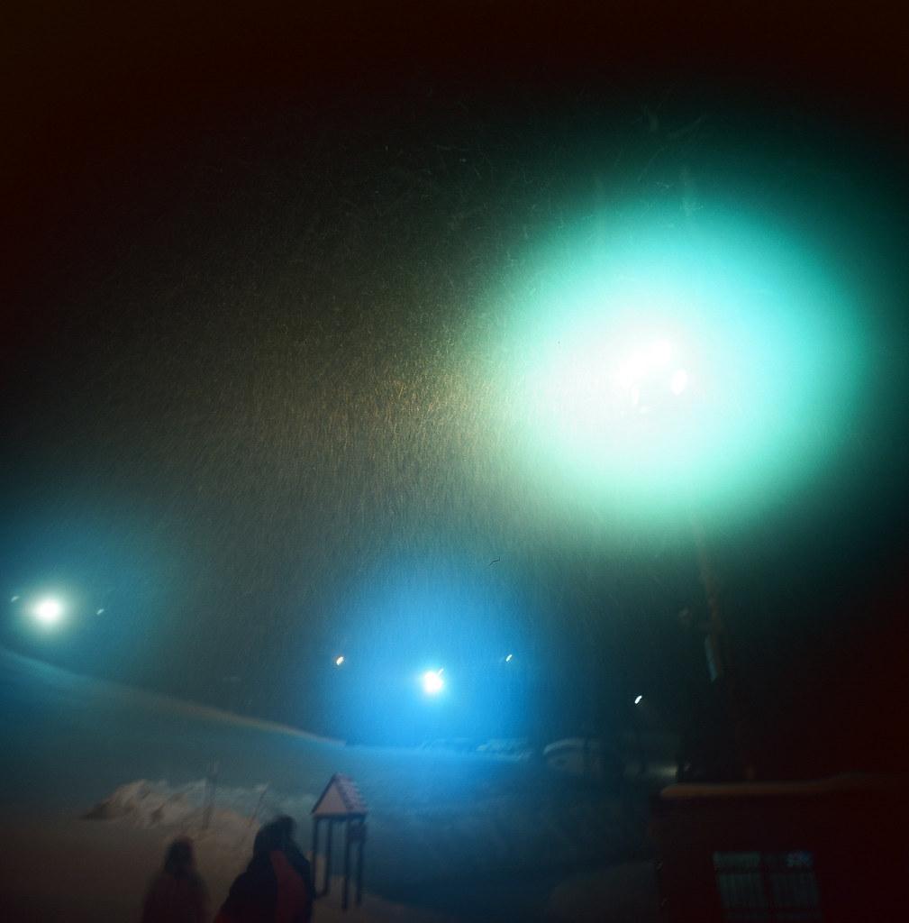 小樽 Otaru, Japan / Kodak Pro Ektar / Lomo LC-A 120 那天晚上站在天狗山上大哭,哭到臉很冰,也不知道在幹嘛,只知道雪越下越大。  坐著纜車下來,一同搭的還有一樣來自台灣的遊客,是一對情侶,男生有好好保護的感覺,很羨慕。  對於自己還是靜靜的觀察。  到了遊客中心,雪還是不停的下!  Lomo LC-A 120 Kodak Pro Ektar 100 120mm 8280-0001 2016/02/02 Photo by Toomore