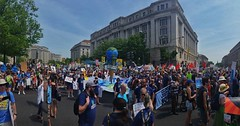 Proud to be a part of the +200k who delivered a message to Trump's temporary doorstep today: :fist::earth_americas:♻☑. #peoplesclimatemarch #resist #climateaction [4/4]