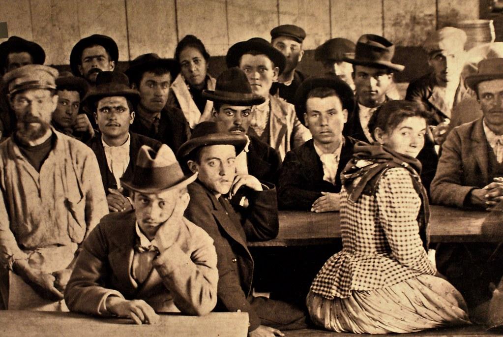 Portrait collectif des Italiens candidats à l'émigration pour le Brésil ou l'Argentine. Au musée de la mer de Galata à Gênes.