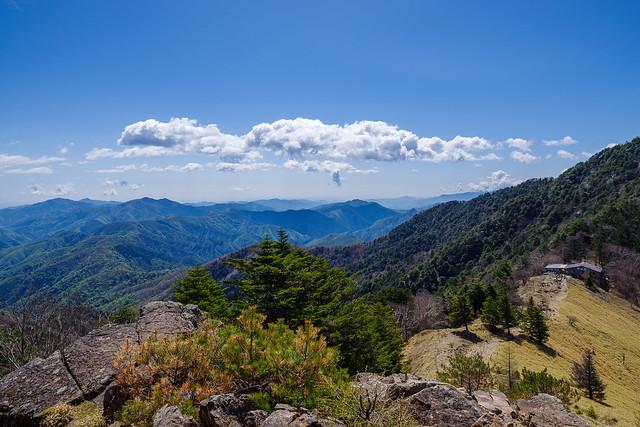 右下に大菩薩峠、左奥には奥多摩三山