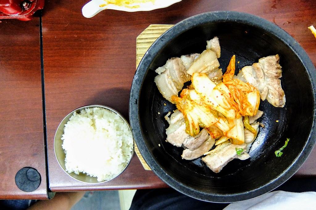 烤肉飯有搭著白飯一碗