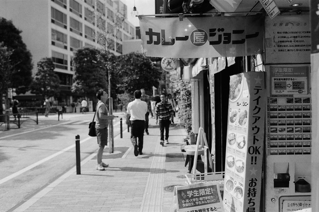 御茶ノ水 Tokyo, Japan / Kodak TRI-X 400 / Nikon FM2 一直走,走到餓了,看到門口寫著學生限定的字樣就直覺這裡應該會有大份量的餐點。  這是我第一次吃這家連鎖拉麵店,就是這裡讓我有震撼的記憶,就是這裡的麵超級鹹!  但卻很神奇的一直想念!但一趟旅行吃一次就夠了!  Nikon FM2 Nikon AI AF Nikkor 35mm F/2D Kodak TRI-X 400 / 400TX 1274-0002 2015-10-04 Photo by Toomore