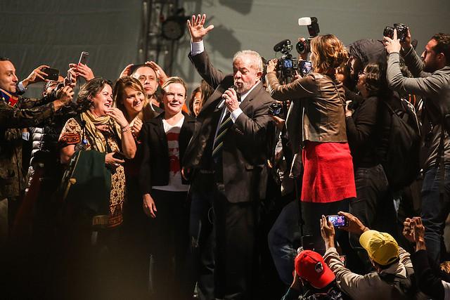 Lula presta depoimento a Moro e fala para uma multidão em Curitiba