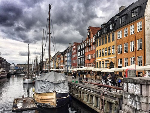 #andreagracis #photographer #originalphotography  #shotonmoment #momentlens ​#photography #photooftheday #bestoftheday #snapshot #art #beautiful #exposure #composition #focus #capture #moment #copenhagen #channel #boats #clouds #colours #travel #explorer