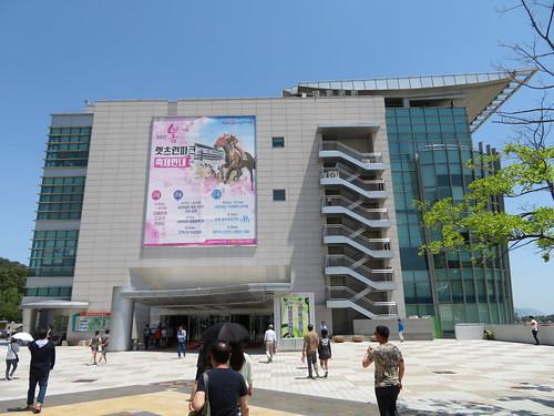 釜山慶南競馬場のスタンドを下から見上げる