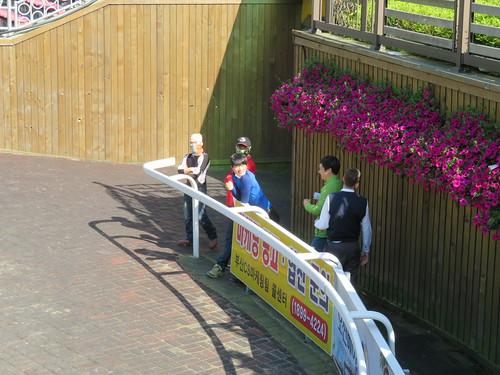 釜山慶南競馬場のパドックで馬を眺めていた関係者の皆さん