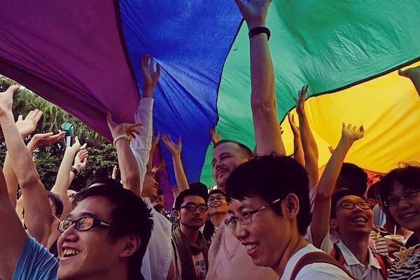 "Photo:517是國際不再恐同日。這一年亞洲同運面對極端保守勢力的政治氣候,挑戰很多。2014年,走入遊行正好被紐時拍到,這篇文章把台灣同運比喻為燈塔——都說台灣是小國小民、小而美,接下來要繼續努力 #IDAHOT ""For Asia's Gays, Taiwan Stands Out as Beacon"" https://mobile.nytimes.com/2014/10/30/world/asia/taiwan-shines-as-beacon-for-gays-in-asia.html By 木小川"