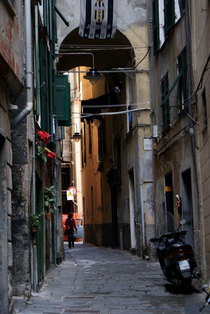 Les ruelles de la Vieille Ville de Gênes sont accessibles uniquement aux scooters et aux vélos.