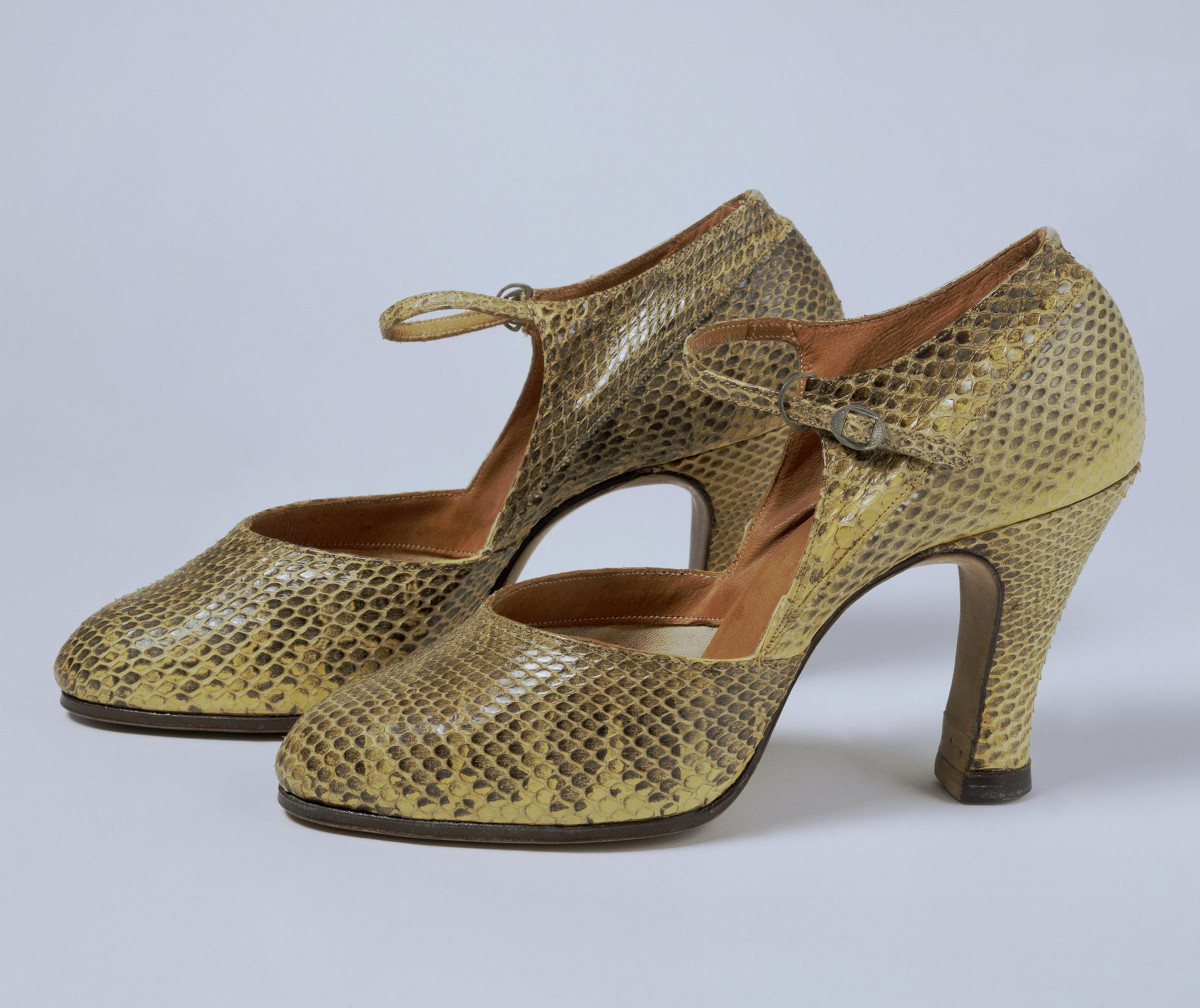 1928. British. Snake skin, metal buckle, lined with leather and canvas. © Victoria and Albert Museum, London