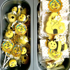 Bee cookies and cake pops packed and ready to go! ✈️ #cookiespackaging #cookiefavors #cakepopfavors #beecookies #beecakepops #personalizedfavors #silhouettecameo #customtags