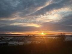 Sun road. #everett #everettwa #sunset #glowy #glorious #cloudscape #hatisland #camanoisland #whidbeyisland #portofeverett #portgardnerbay #mondayfunday #pnw #pnwonderland