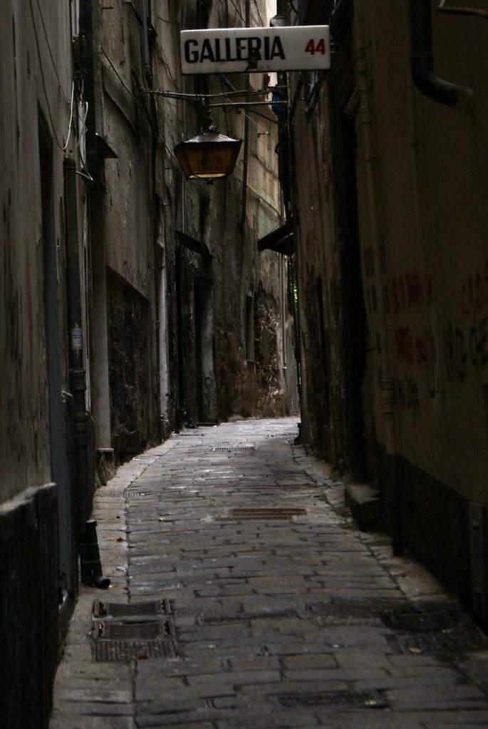 Dans une ruelle sombre du centre historique de Gênes.