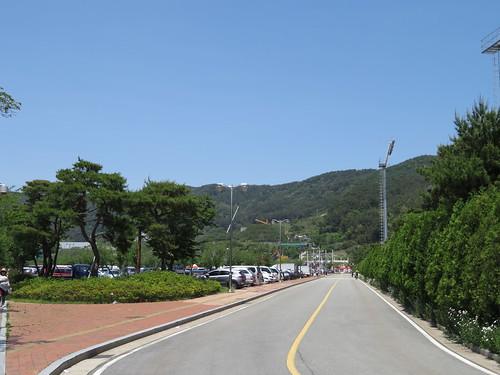 釜山慶南競馬場の駐車場からスタンドまでの道