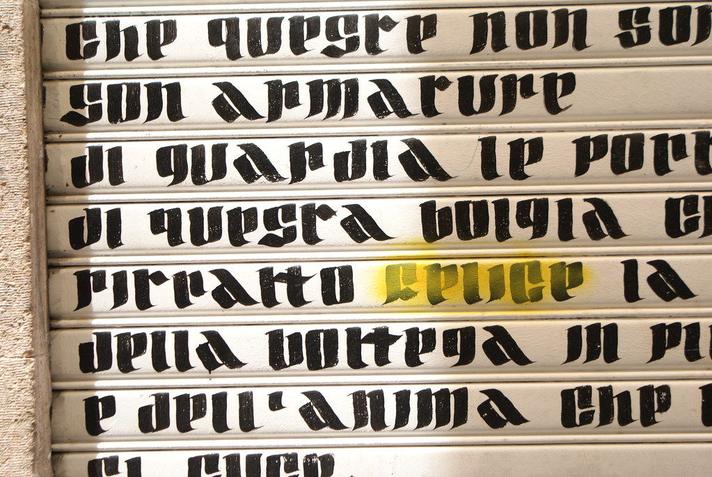 """Street art à Gênes : Calligraphie dans un style """"gothique""""."""