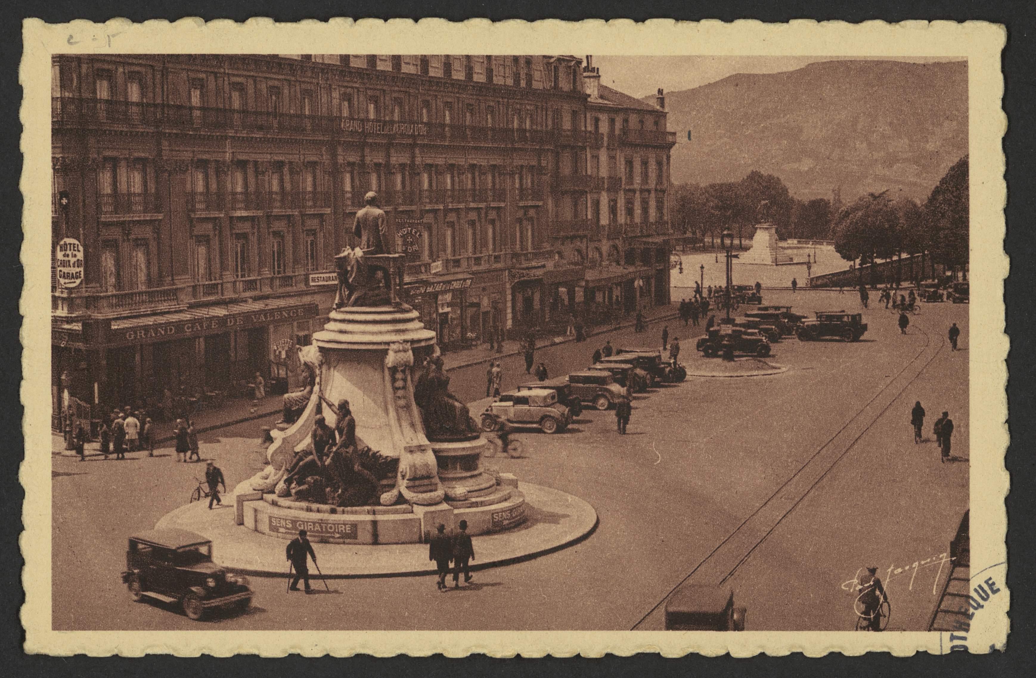 Valence - Statue d'Émile Augier - Place de la République et l'Hôtel de la Croix d'Or