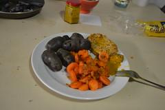 Violette Kartoffeln, Möhren und gehackte Zwiebeln mit Fleisch und Senf Mai 2016 (121FAITH_5033)