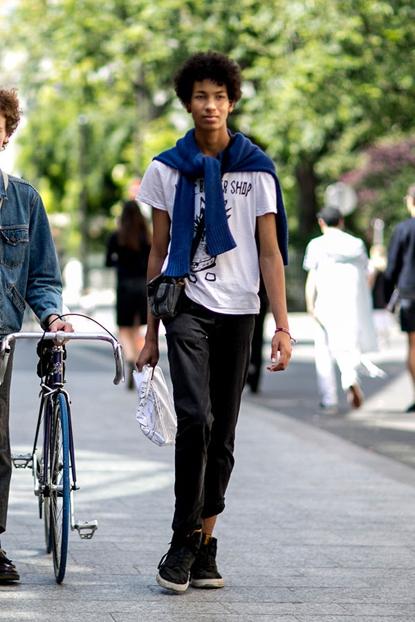 白Tシャツ×黒パンツ×黒ハイカットスニーカー