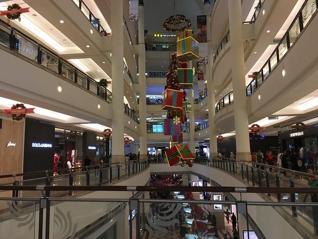 ペトロナスツインタワーの中はとても立派なショッピングモール