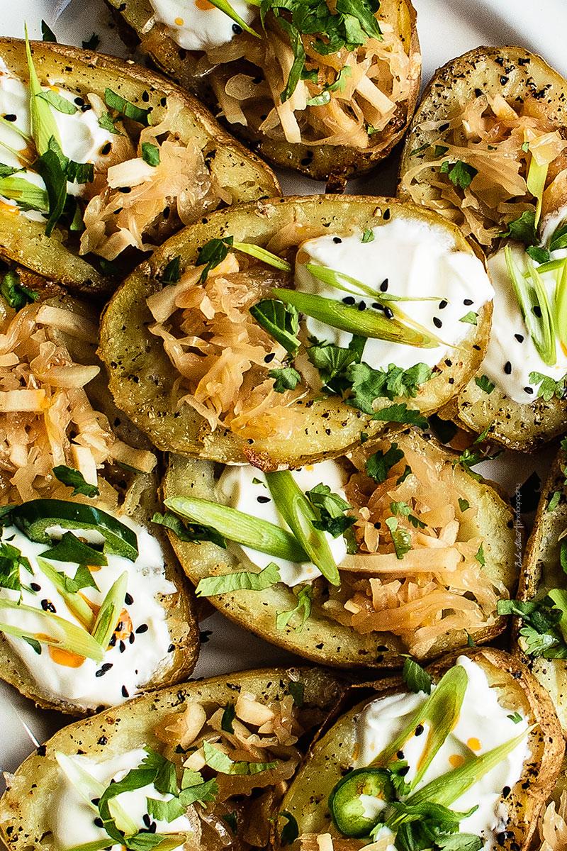 Patatas asadas rellenas con kimchi de piña