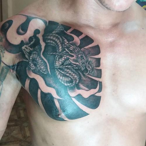 Dragão e ornamentação freestyle no estilo oriental, para fechar a noite  #dragão #freestyle #oriental #blackart  #Blackandgray #Dragon #japanese