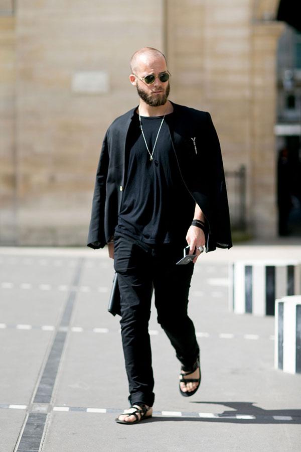 黒テーラードジャケット×黒無地Tシャツ×黒パンツ×黒サンダル