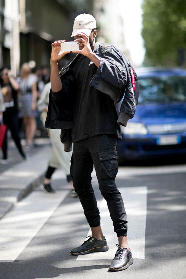 白キャップ×黒MA-1×黒Tシャツ×黒カーゴパンツ×Nike Roshe Tiempo VI Olivier Rousteing